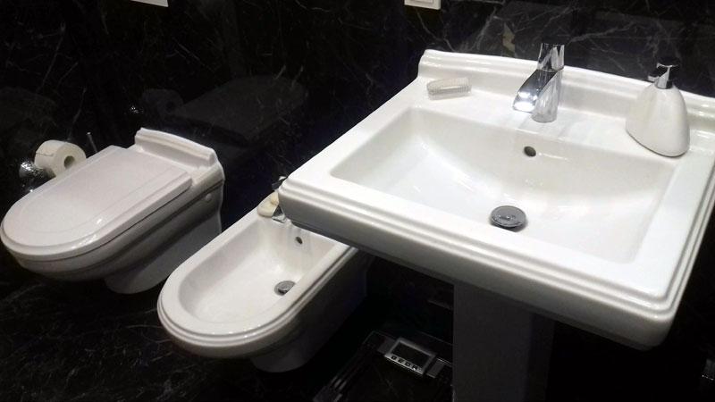 Waschbecken und WC anbauen